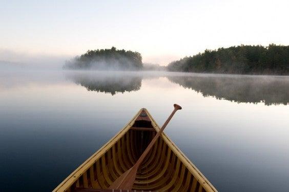 canoë sur un lac en laponie