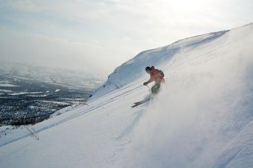 descendre les pentes enneigées en ski laponie