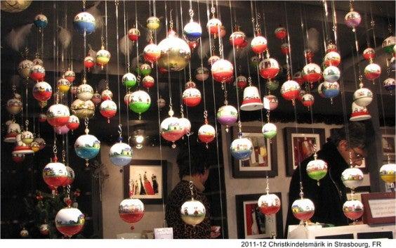 boules de noël dans le marché de Noël strasbourg