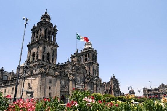 Cidade do México e bandeira mexicana