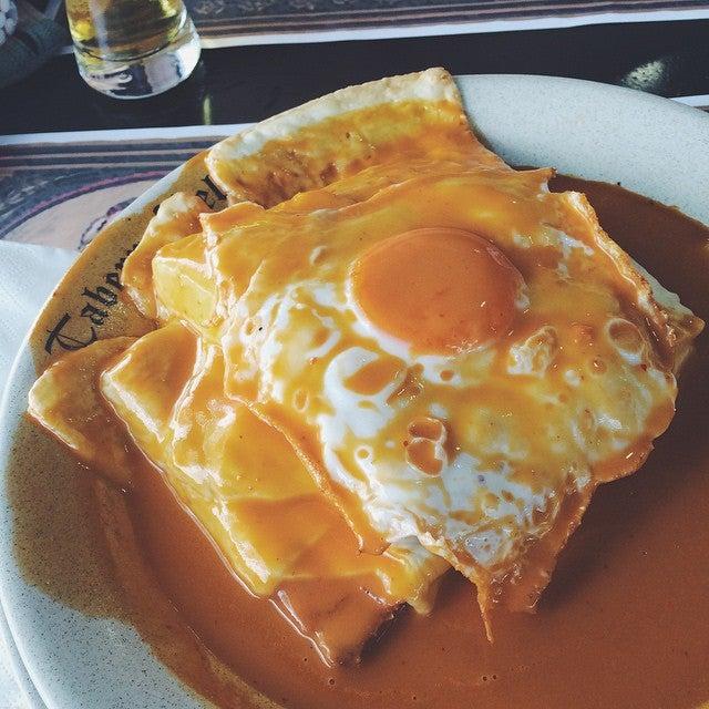 plat typique Porto francesinha