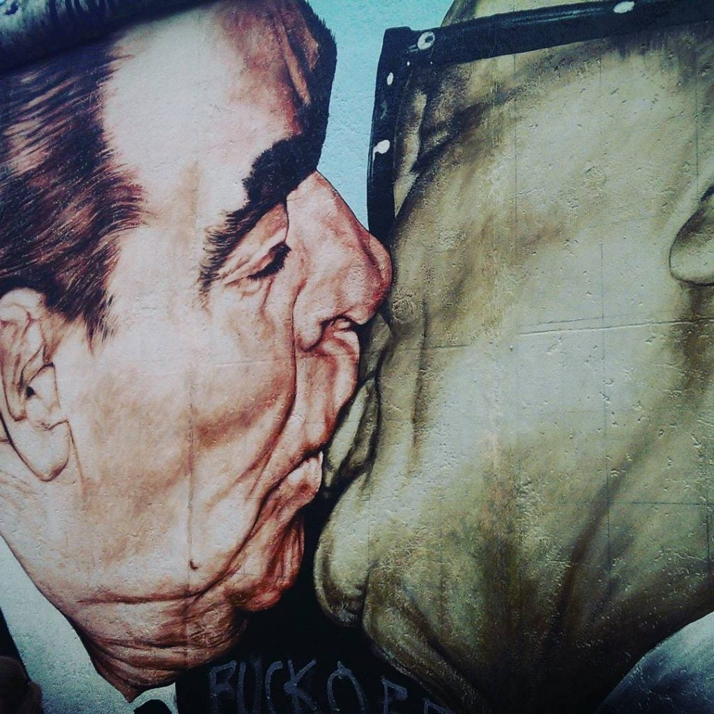 "East side gallery eDreams ""baiser"" entre Erich Honecker et Léonid Brejnev."