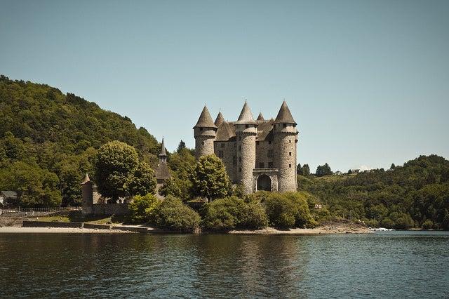 castillo en un lago de auvergne