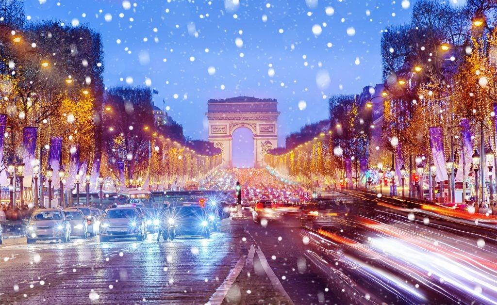 Neige sur les champs élysée à Paris pour Noël
