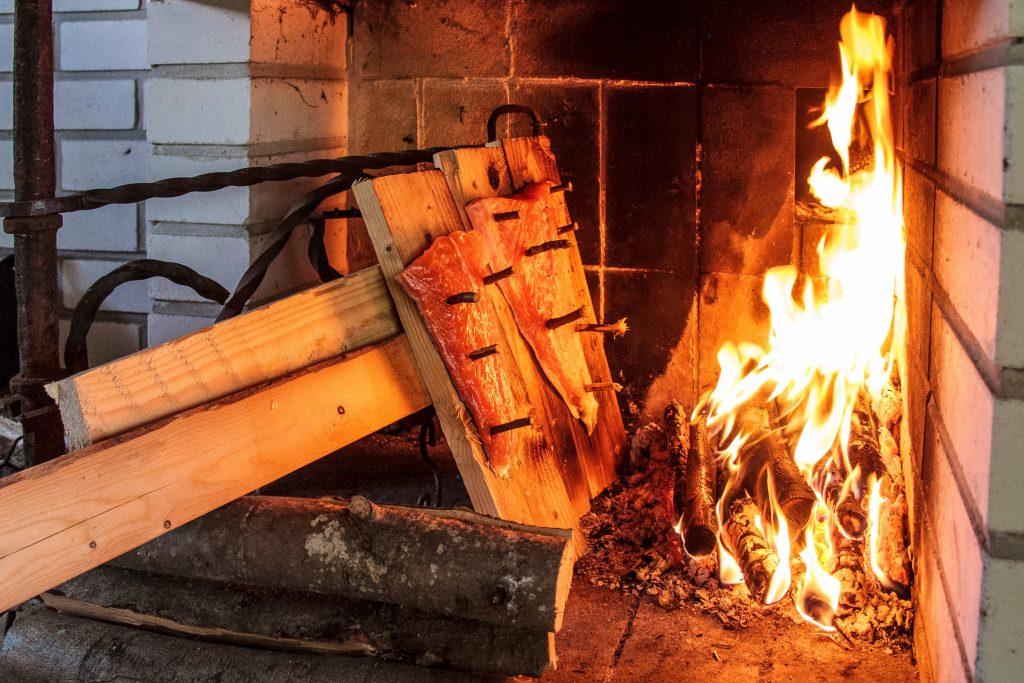 saumon fumé au feu de bois en Laponie