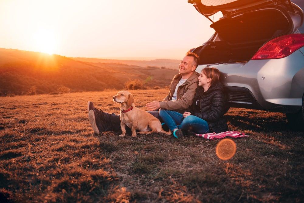 père et fille avec chien