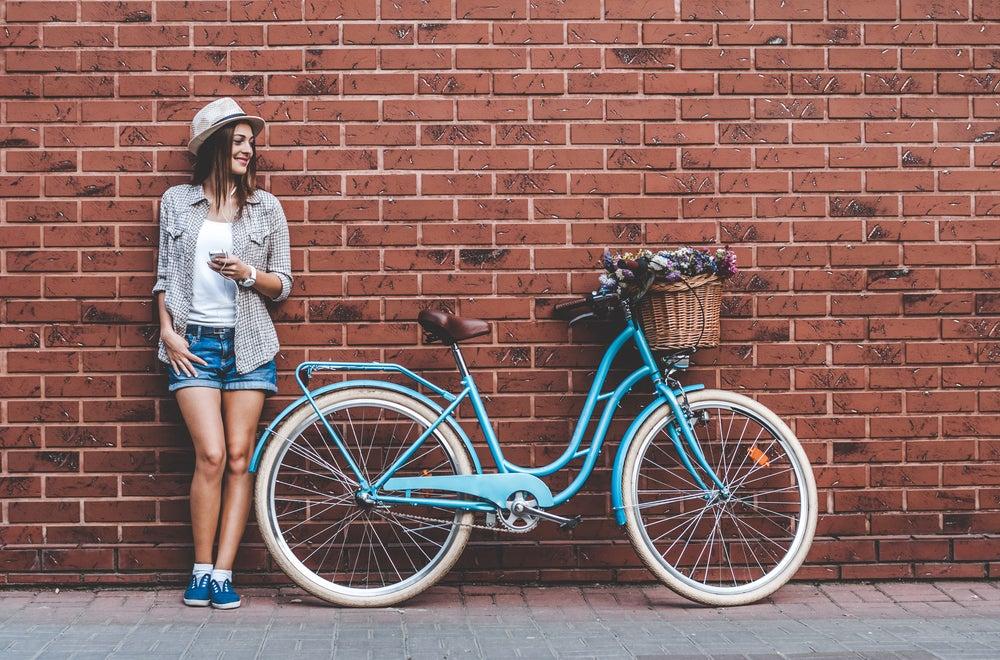 fille avec vélo