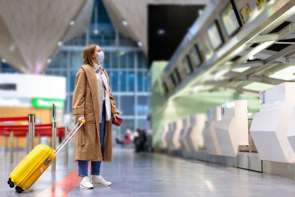femme avec masque aeroport