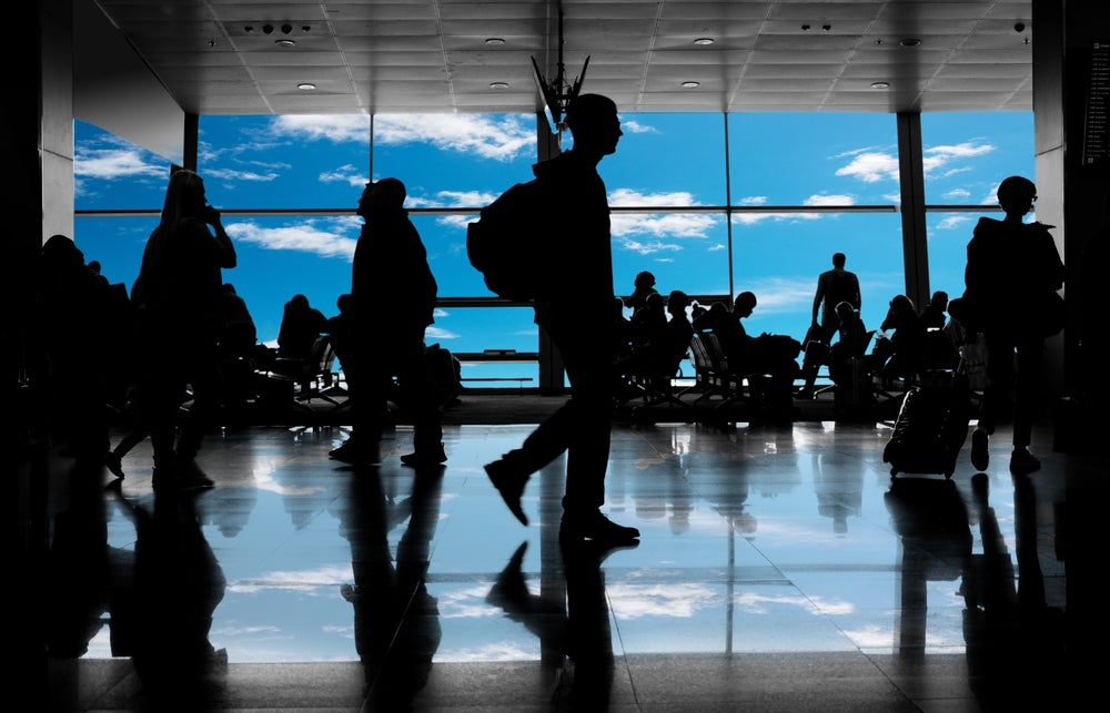 silhouettes passagers aeroport