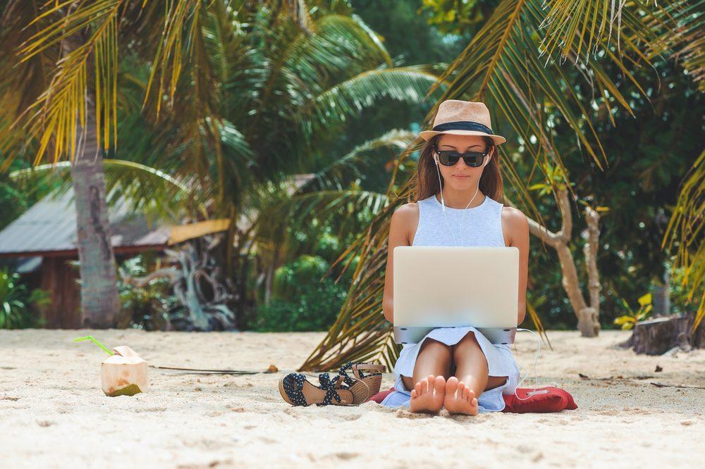 femme ordinateur portable plage